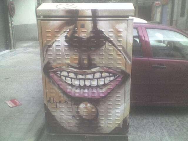 grafiti de boca en caseta de telefono