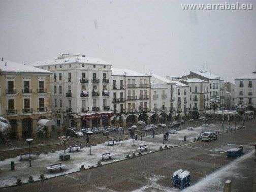 Plaza Mayor de Caceres cubierta de nieve