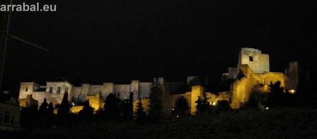 vista nocturna de la Alcazaba de malaga