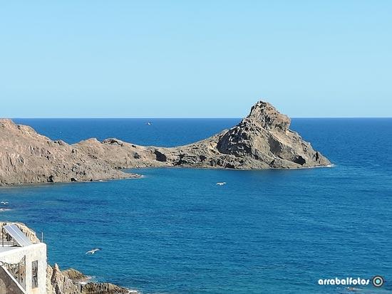 Rocas y gaviotas en el Cabo de Gata por la zona del faro