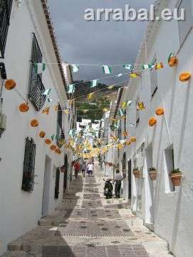 calle tipica de mijas adornada de feria