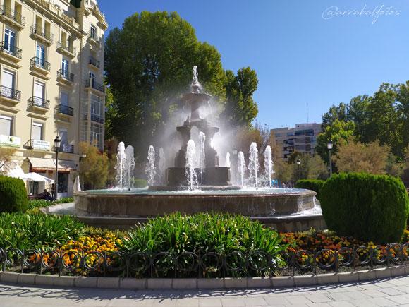Fuente de las Batallas de Granada que encuentra situada en el centro de la popular plaza del Campillo
