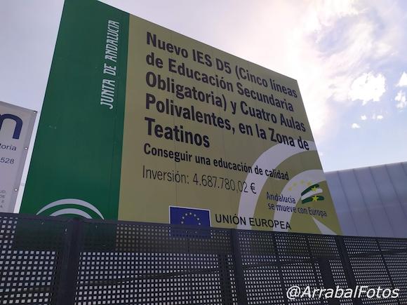 Cartel de obras del IES Teatinos en Málaga