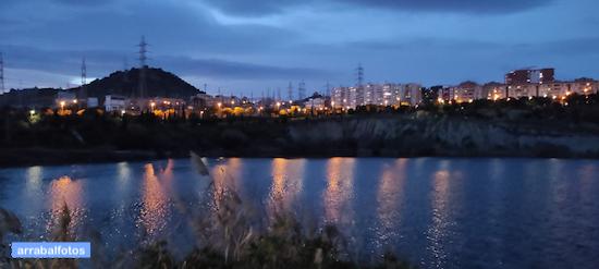 Vista nocturna de la Laguna de la Barrera en la Colonia de Santa Inés