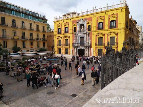 En la Plaza del Obispo junto a la Fuente y la Catedral se encuentra el Palacio Episcopal de Málaga
