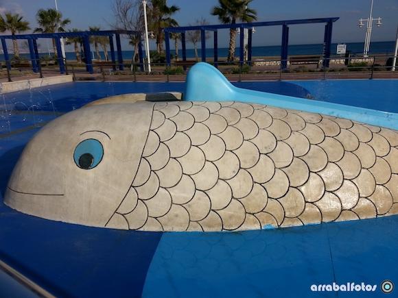 Ballena tobogán en el parque acuatico infantil del Paseo Marítimo antonio Banderas de la Playa de la Misericordia en Málaga