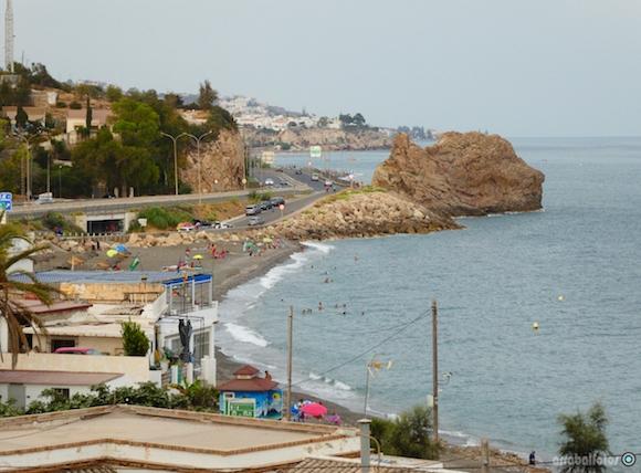 Playa de La Araña con la roca situada frente al Yacimiento vista desde la Torre de La Paloma
