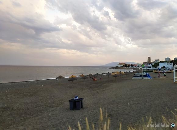 Playa de La Araña situada entre la Torre de La Paloma y la roca del Yacimiento de La Araña