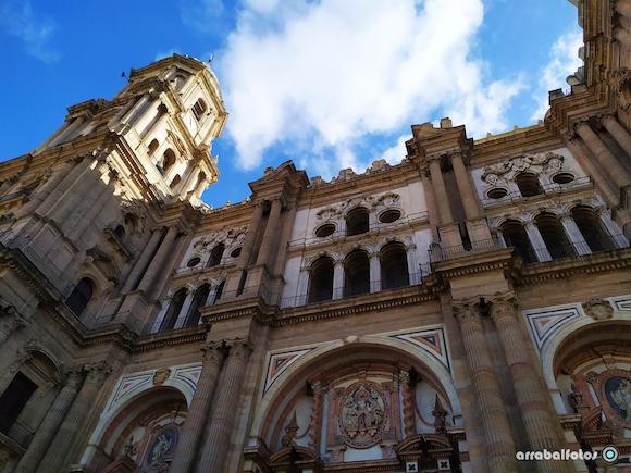 Torre de la Catedral de Málaga con nubes desde la Plaza del Obispo