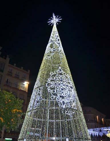 Árbol de Navidad gigante en la Plaza de la Constitución de Málaga