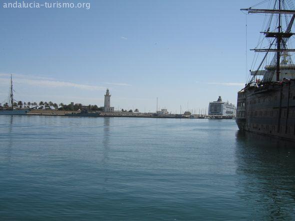 La Farola de Málaga y el barco Trinidad