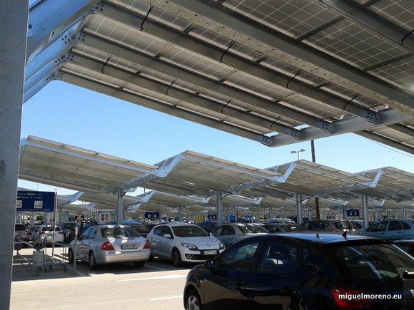 Paneles solares en el aparcamiento de Ikea Málaga