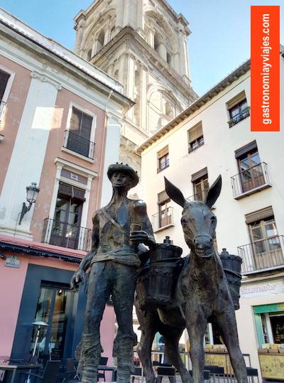 Monumento al Aguador en la Plaza de la Romanilla muy cerca de la Catedral de Granada