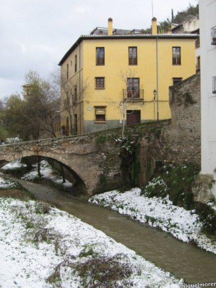 Puente sobre el rio Darro tras las nevadas