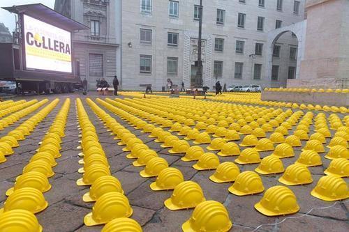 Instalación de Cascos amarillos  de protesta en Italia