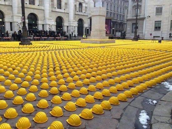 Installazione Giallo Caschi protesta in Italia