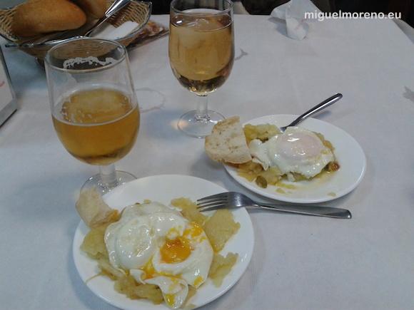 Tapa de huevos fritos con patatas a lo pobre de Bar-Mesón Los Pipos