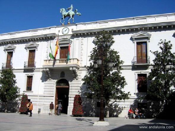 Ayuntamiento de Granada con el famoso caballo de Guillermo Pérez Villalta