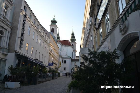 Calle peatonal Barnabitengasse en Viena