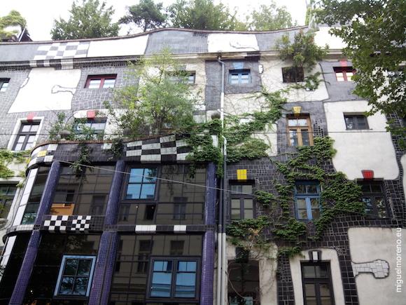 Es un proyecto encargado al pintor Friedensreich Hundertwasser para construir estas viviendas sociales en 1977