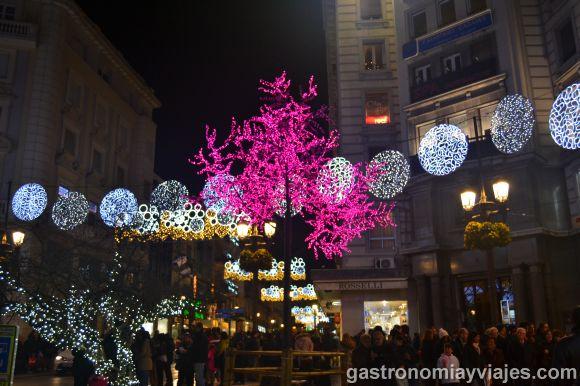 Alumbrado de Navidad en Puerta Real con circiulos de colores y árboles de led