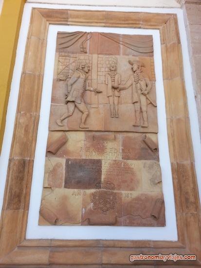 Real cédula de Carlos III en cerámica de creación de La Carolina sitada junto a las Torres de la aduana