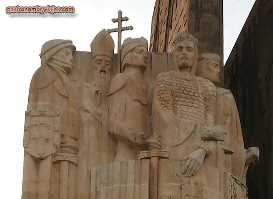 """De izquierda a derecha: D. Diego López de Haro, señor de Vizcaya - El Arzobispo de Toledo D. Rodrigo Jiménez de Rada - Pedro II rey de Aragón """"El Católico"""" - Alfonso VIII, rey de Castilla """"El Batallador"""" - Sancho II rey de Navarra """"El Fuerte"""""""