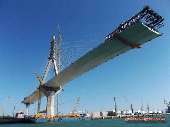 La parte más singular del puente de la Constitución de 1812 es una estructura atirantada de 1.180 metros