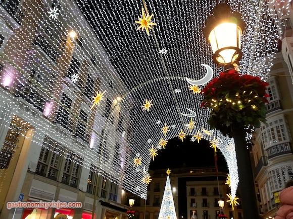 Vista del árbol de Navidad de la Plaza de la Constitución desde la Calle Larios de Málaga