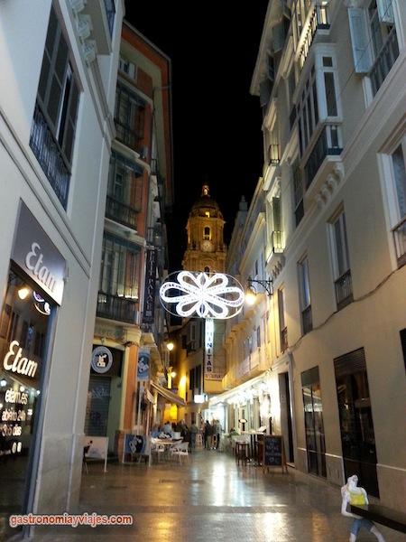 Alumbrado de Navidad en la calle Moreno Monroy con la torre de la Catedral de Málaga
