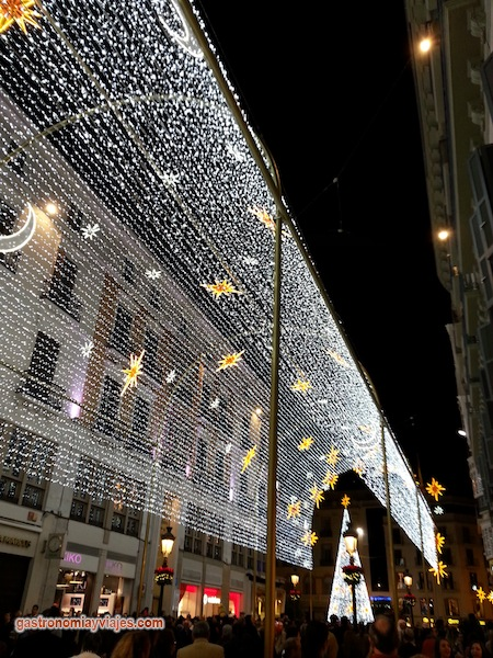 Alumbrado de Navidad en la calle Larios con el árbol de la Plaza de la Constitución