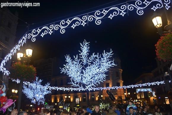 Circulo de luces de Navidad decorando la Puerta Real de Granada