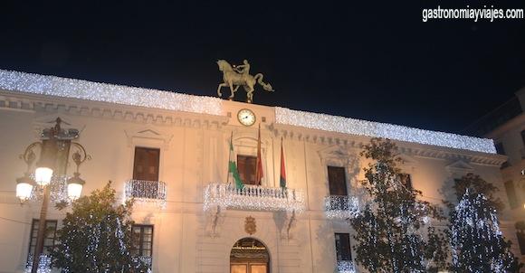 Fachada del ayuntamiento de Granada iluminada para Navidad