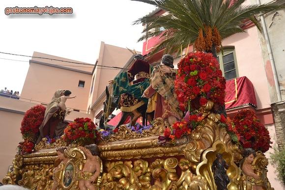 El trono del Cristo es de madera tallada y dorada realizado por Castillo Ariza y Francisco Díez (1945)